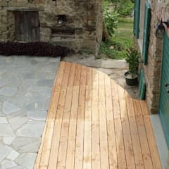 Decking in PINO - Cortile privato: Pavimento in stile  di ONLYWOOD