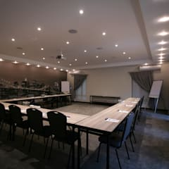 Salas de conferencias de estilo  por Projector & Sound Services (PTY) Ltd