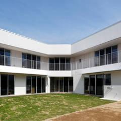 園庭より: atelier mが手掛けた学校です。
