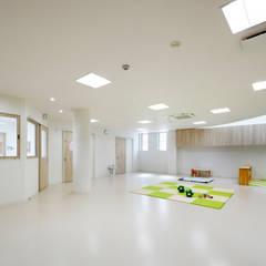 0歳児室: atelier mが手掛けた学校です。