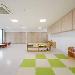 1歳児室: atelier mが手掛けた学校です。