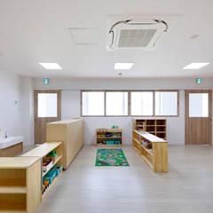 2歳児室: atelier mが手掛けた学校です。