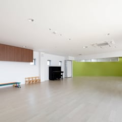 3・4歳児室: atelier mが手掛けた学校です。