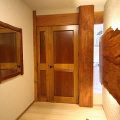Puertas interiores de estilo  de 一枚板テーブルと無垢材家具・キッチンの祭り屋