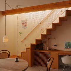 Escaleras de estilo  por 有限会社建築計画