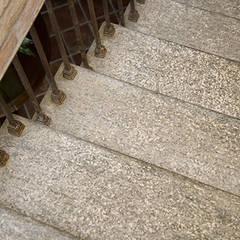 Dettaglio pedata in Pietra di Luserna: Hotel in stile  di Canalmarmi e Graniti snc
