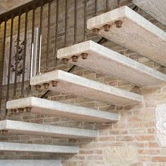 Scala sospesa in Pietra di Luserna: Hotel in stile  di Canalmarmi e Graniti snc