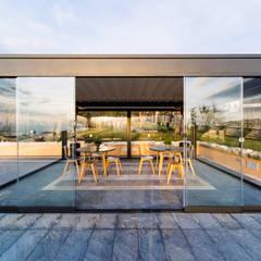 Una villa ai Castelli Romani per ricevimenti da sogno: Sedi per eventi in stile  di KE Outdoor Design