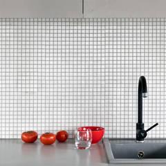 mieszkanie w Warszawie: styl , w kategorii Aneks kuchenny zaprojektowany przez PRACOWNIA PROJEKTOWA JAGANNA