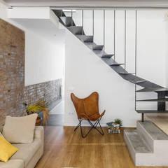 Salón: Salones de estilo ecléctico de Abrils Studio