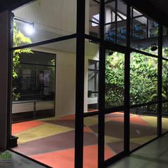 Jardins de fachadas de casas  por DVida Jardines verticales