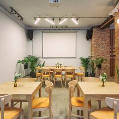 Recepcja - Projekt aranżacji wnętrza lokalu usługowego z gastronomią: styl , w kategorii Bary i kluby zaprojektowany przez Znamy się