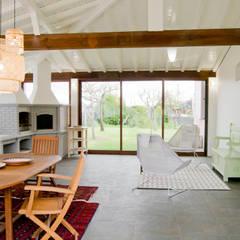 Espaço exterior coberto : Terraços  por Tangerinas e Pêssegos - Design de Interiores & Decoração no Porto