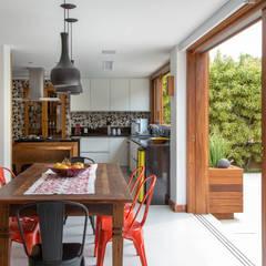 CASA EM CAMBOINHAS Cozinhas rústicas por Raquel Junqueira Arquitetura Rústico
