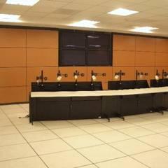Centro de monitoreo: Pisos de estilo  por Grupo Avatecsys
