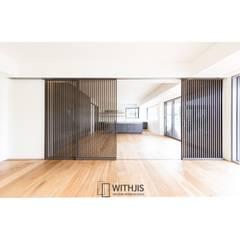 거실-주방: WITHJIS(위드지스)의  다이닝 룸