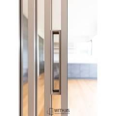 알루미늄 간살 슬라이딩도어: WITHJIS(위드지스)의  거실
