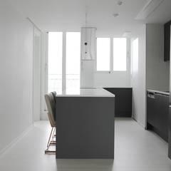 고급스럽고 모던한 신혼집, 잠실 리센츠아파트 33평: 홍예디자인의  주방