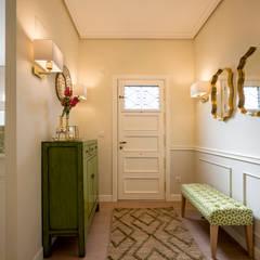 Decoración de entrada a vivienda: Pasillos y vestíbulos de estilo  de Sube Susaeta Interiorismo