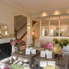 Diseño interior de planta baja de adosado: Salones de estilo  de Sube Susaeta Interiorismo