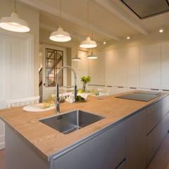 Cocina con encimera de isla en material cerámico imitación madera: Cocinas integrales de estilo  de Sube Susaeta Interiorismo