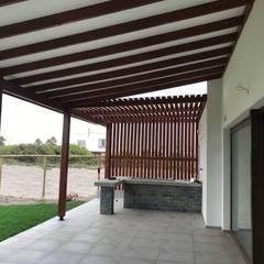 CASA CORREA - SERENA GOLF: Terrazas  de estilo  por VASGO