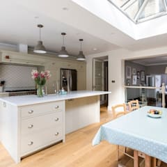 Open Plan Kitchen and Dining Room:  Dining room by Resi