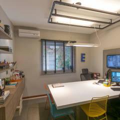 Escritório do ARQUITETO: Espaços comerciais  por Erlon Tessari Arquitetura e Design de Interiores