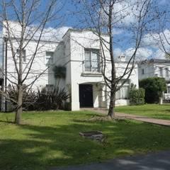 Casa colonial en Mayling C.C.: Casas de estilo colonial por Estudio Dillon Terzaghi Arquitectura