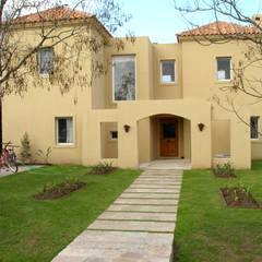 Casa mediterranea con patio en CUBA Fátima: Casas unifamiliares de estilo  por Estudio Dillon Terzaghi Arquitectura