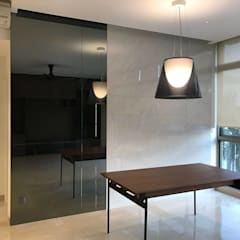 MONOCHROMATIC MINIMALIST THEME: minimalistic Living room by Singapore Carpentry