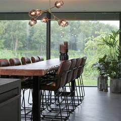 Woonhuis in Hengelo:  Eetkamer door Molitli Interieurmakers