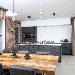 Uitbouwproject in Nijkerk: industriële Keuken door Molitli Interieurmakers