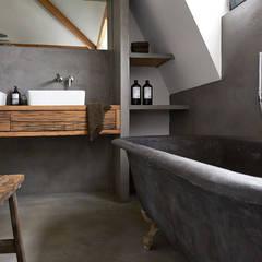 Badkamer betonstuc vrijstaand bad:  Badkamer door Molitli Interieurmakers