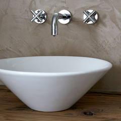 Badkamer betonstuc en op maat gemaakt wasmeubel:  Badkamer door Molitli Interieurmakers