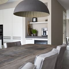 Restyling woning: Woonkamer, badkamer, keuken:  Keuken door Molitli Interieurmakers