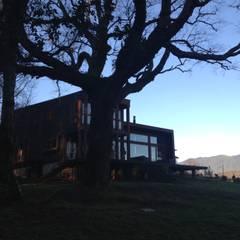 Vista general desde Lago: Casas de madera de estilo  por KOMMER ARQUITECTOS