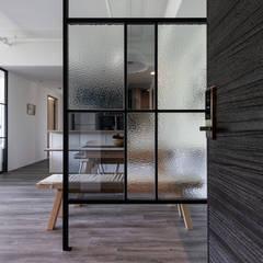 Pasillos y vestíbulos de estilo  por 果仁室內裝修設計有限公司