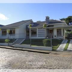 E House: Casas familiares  por BIANCA CASSOL ARQUITETA