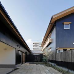 伊賀上野の家  事務所庭: 株式会社 森本建築事務所が手掛けたアプローチです。