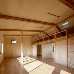 伊賀上野の家: 株式会社 森本建築事務所が手掛けた赤ちゃん部屋です。,モダン 木 木目調
