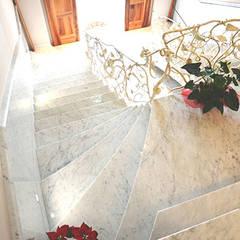 Scala in marmo bianco di Carrara C per cascina nel Roero: Scale in stile  di Canalmarmi e Graniti snc