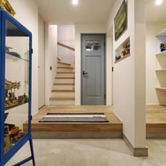 南北の風通しが快適な6間間口 「ピロティのある家」: タイコーアーキテクトが手掛けた廊下 & 玄関です。,
