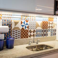 Cozinha– Novo Higienópolis I: Armários e bancadas de cozinha  por INOVA Arquitetura