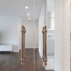 모던과 클래식, 그리고 그 사이의 하모니/ 일원동 목련타운아파트: B house 비하우스의  복도 & 현관,클래식