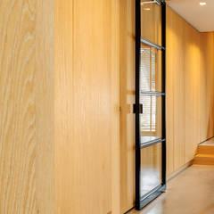 Stoere loft sfeer:  Gang en hal door Jolanda Knook interieurvormgeving