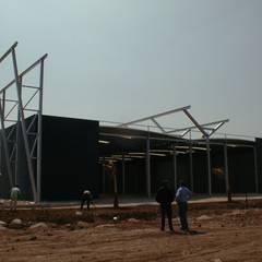 Unidade Industrial Blocotelha Maroc: Escritórios e Espaços de trabalho  por JOÂO MIGUEL PINHEIRO - Arquitectos Associados