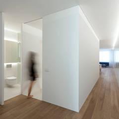 Koridor dan lorong oleh FRAN SILVESTRE ARQUITECTOS, Mediteran Kayu Wood effect