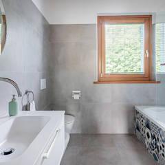 Ristrutturazione appartamento di 200 mq a Udine, S. Paolo: Bagno in stile  di Facile Ristrutturare