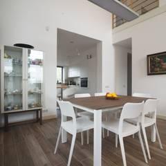 Современный загородный стиль: Столовые комнаты в . Автор – anydesign